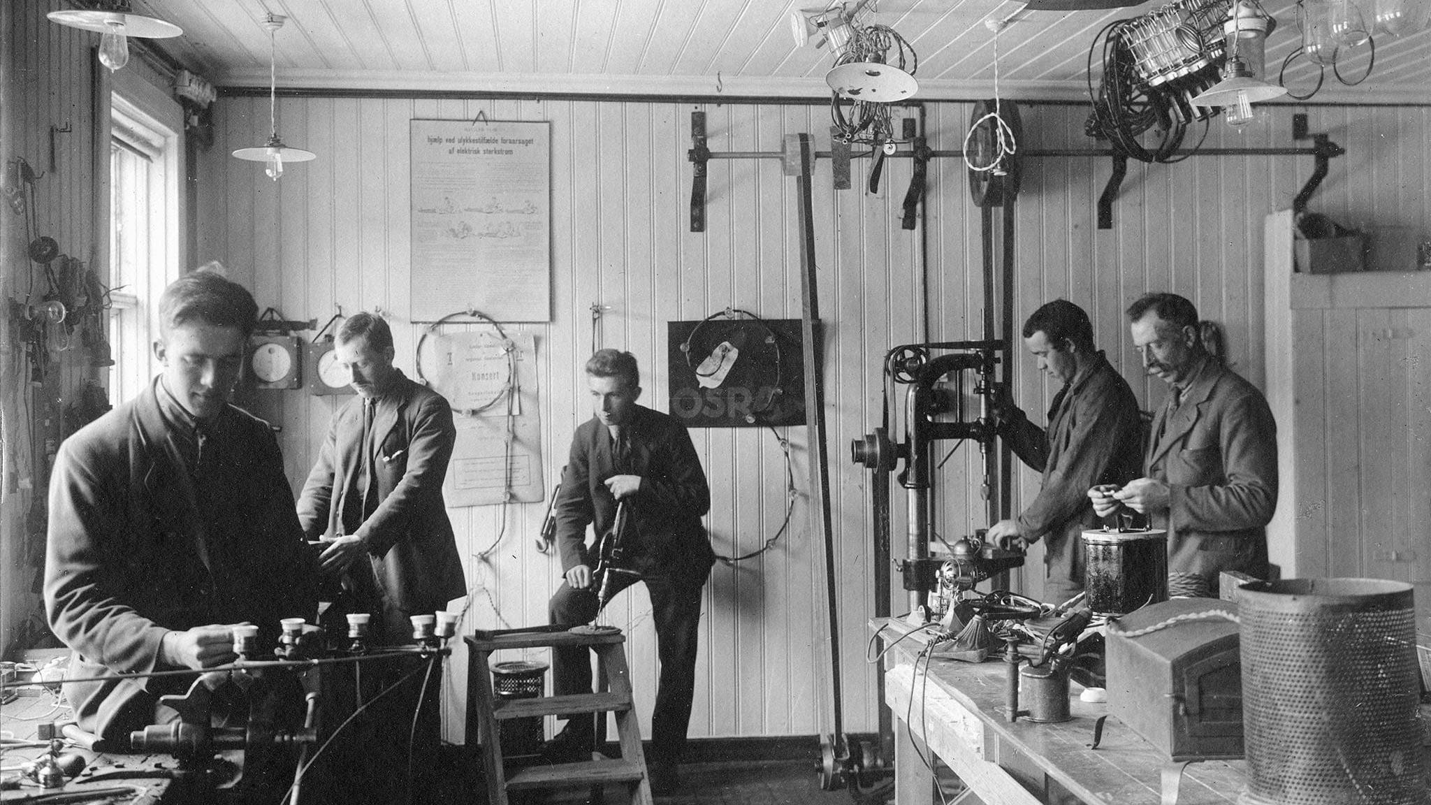 Røros E-verk har drevet butikk på fem forskjellige steder i sin 100 år lange historie. Her er de i lokalene til Totalavholdsforeningens gård i Storgata