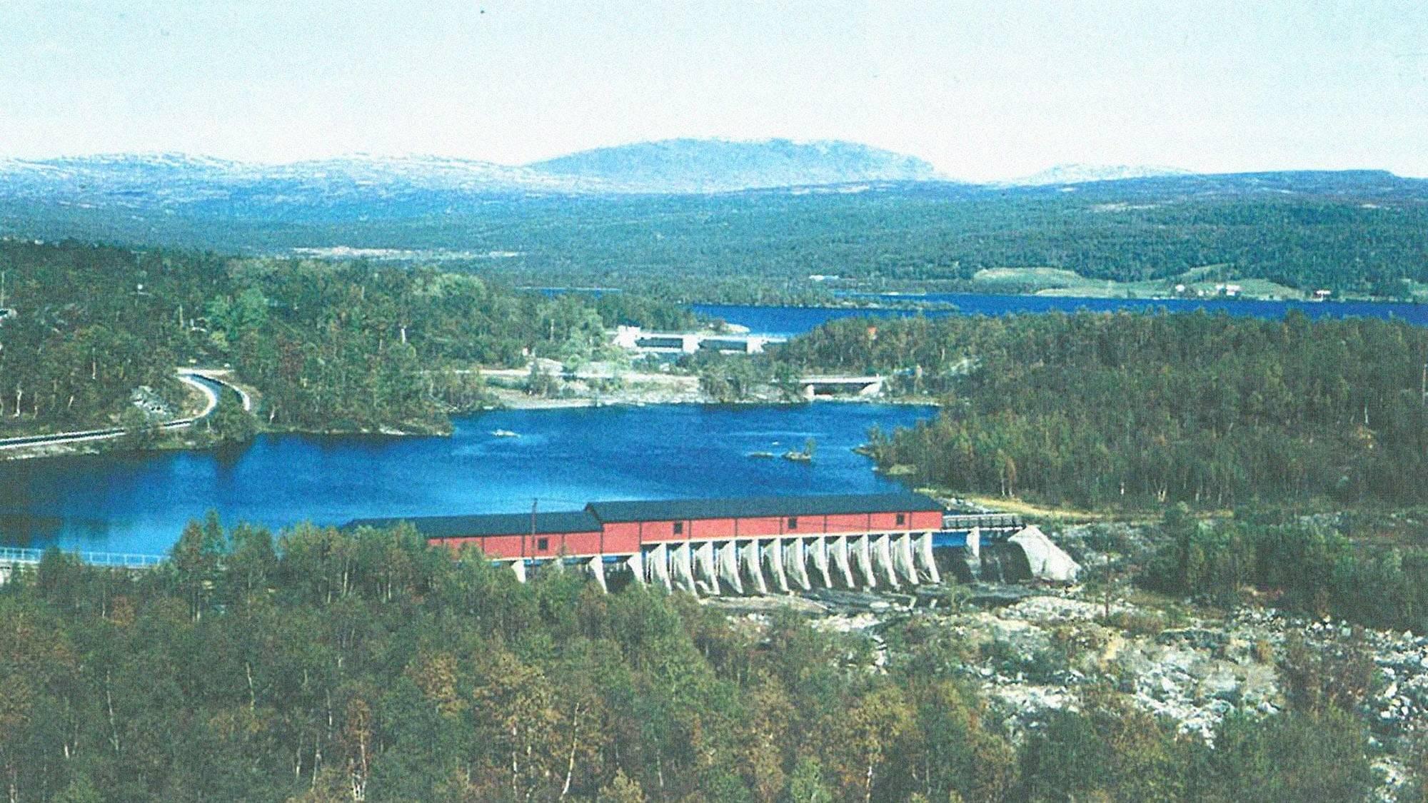 Flyfoto av Kuråsfossdammen med Vikabrua og Aursund-dammen. 20. september 1994