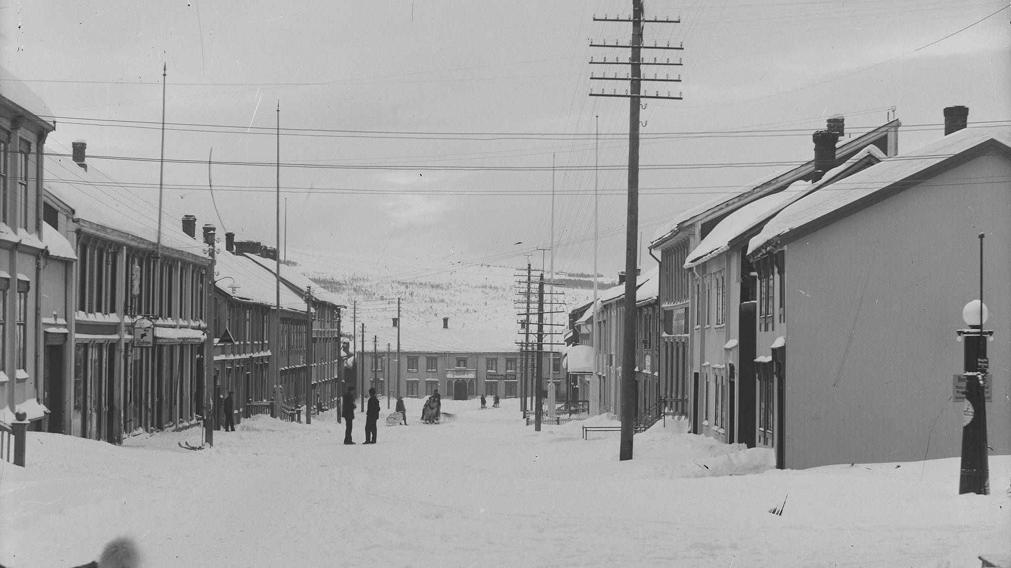 Storgata etter 1925 med datidas belysning, kølbuelamper og telefonstolper. Foto: Iver Olsen / Rørosmuseet