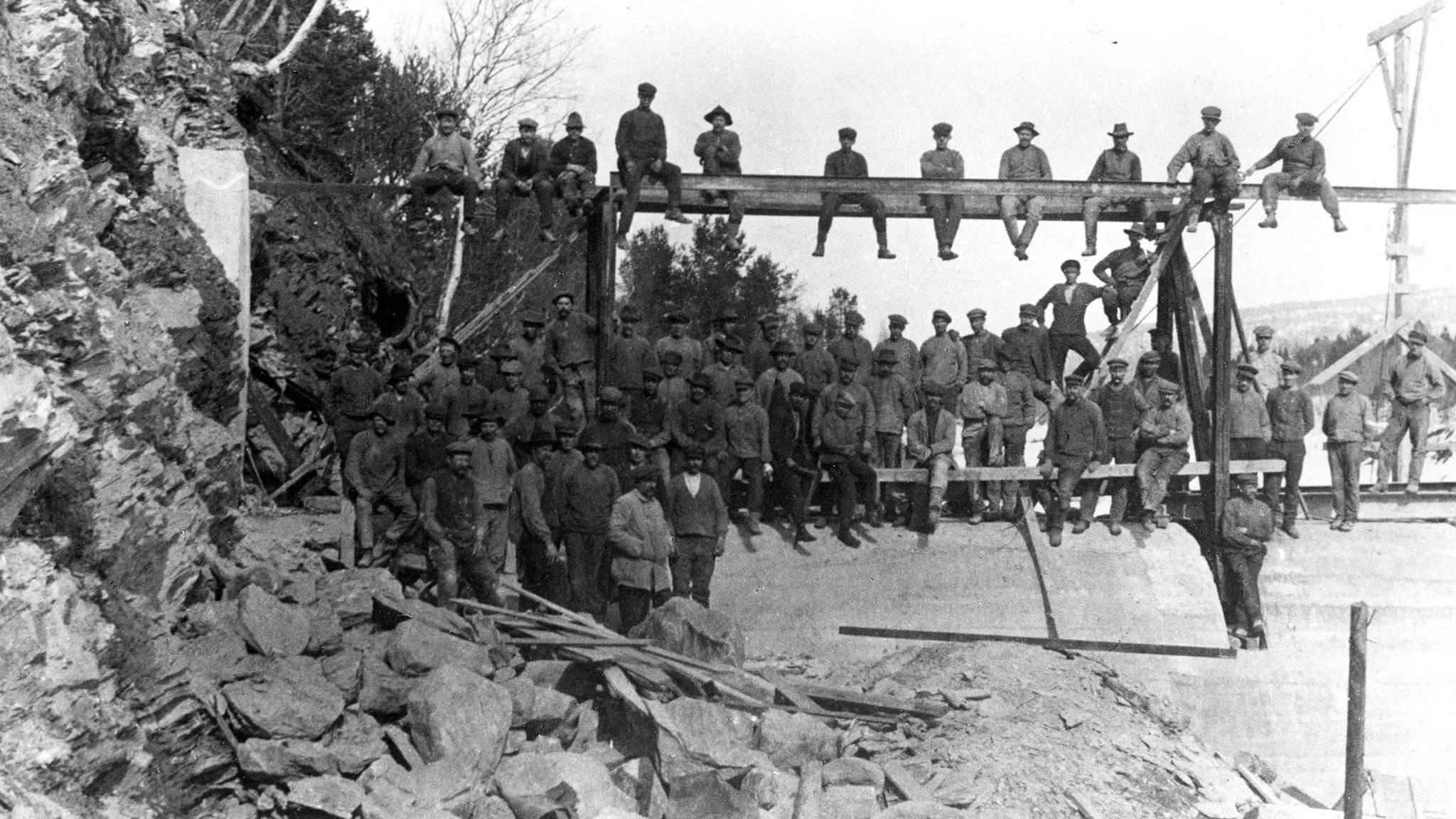 I statsråd 29.november 1912 ble Røros Elektricitetsverk tildelt konsesjon på Røstefossen. I 1913 sto stasjonen ferdig