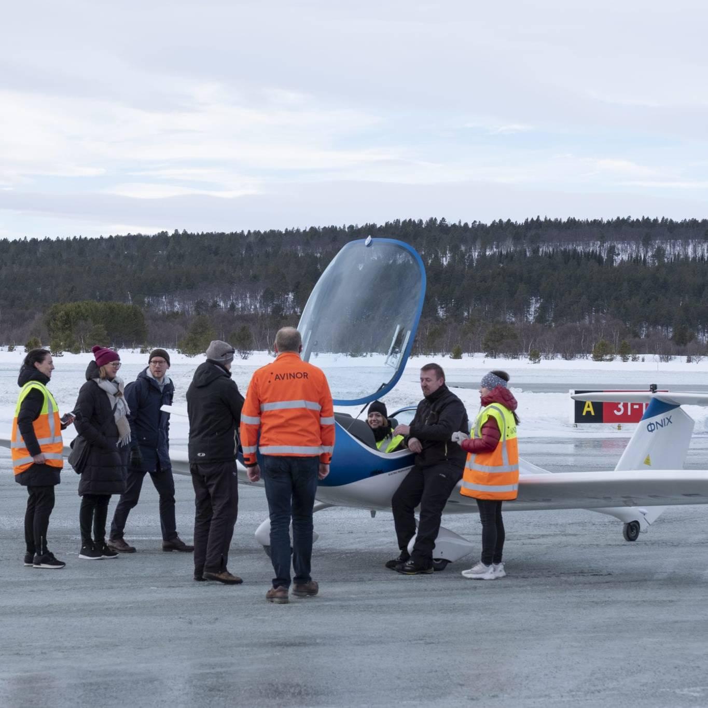 Mange inviterte gjester hadde tatt turen for å overvære arrangementet, deriblant næringsminister Iselin Nybø som tok plass i elflyet. Foto: Kurt Näslund
