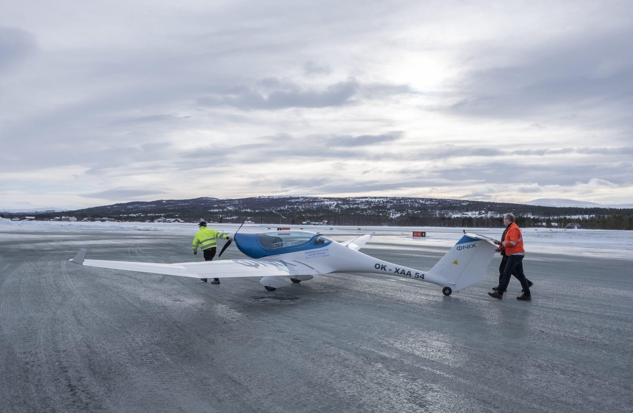 Verdens første grensekryssende vinterflygning med el-fly landet på Røros lufthavn den 18.2. Foto: Kurt Näslund