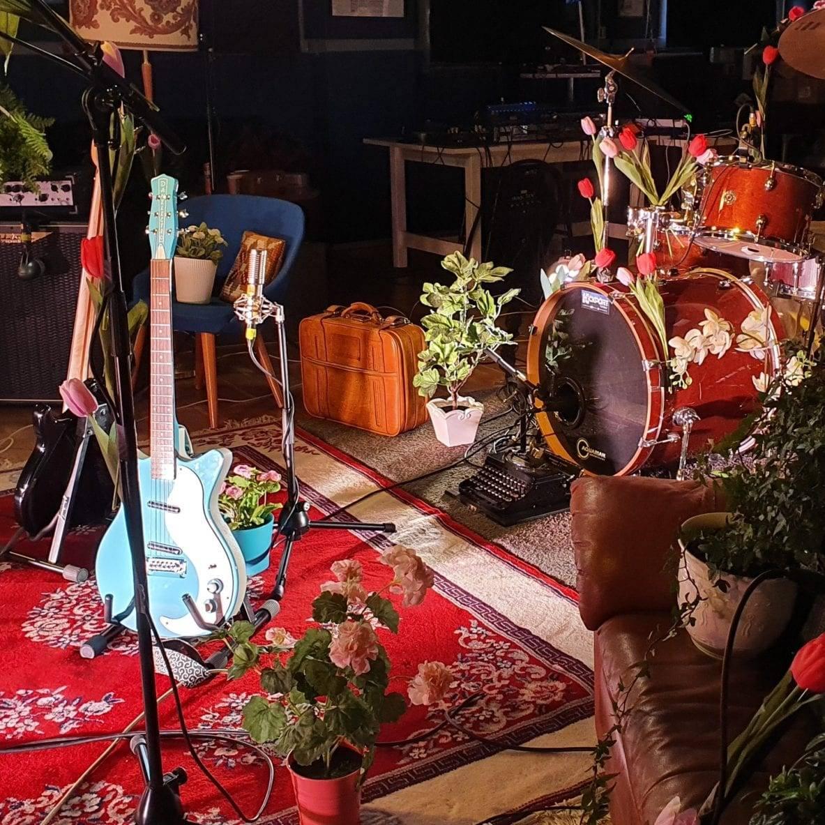 For første gang i historien sendte Ungdommens Hus en konsert live på Facebook tirsdag 7. april. Det var det lokale Røros-bandet DAB som spilte, og mer enn 2000 fulgte den 35 minutter lange sendingen. Foto: Ren Røros Frontal.