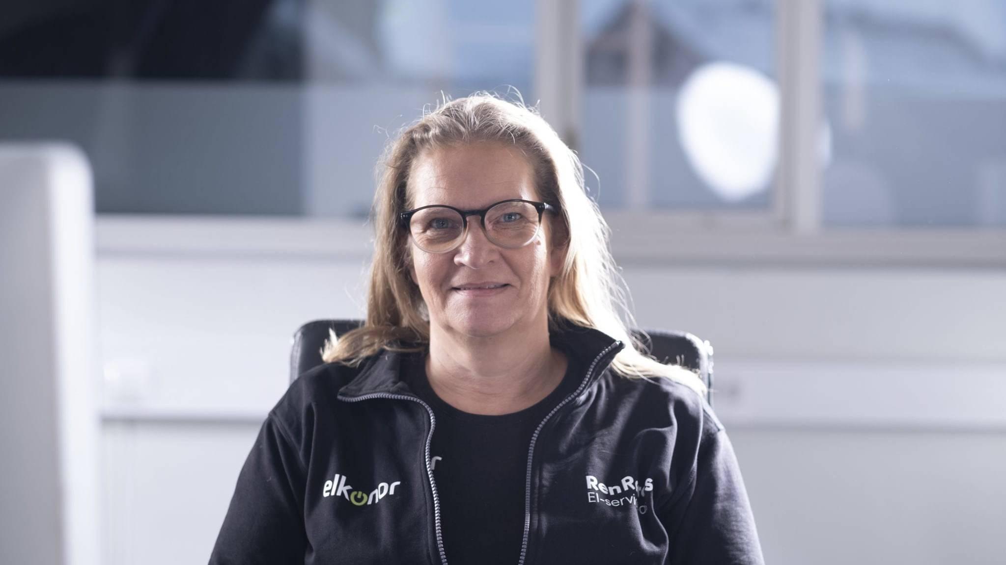 Elektroinstallatør Inger Lise Bekkos Dahl er daglig leder for Ren Røros El-service as. Hun har vært ansatt i Røros E-Verk / Ren Røros i 25 år, og tok over ledelsen av de drøyt 20 ansatte i El-service tidligere i år. Foto: Ren Røros Frontal.