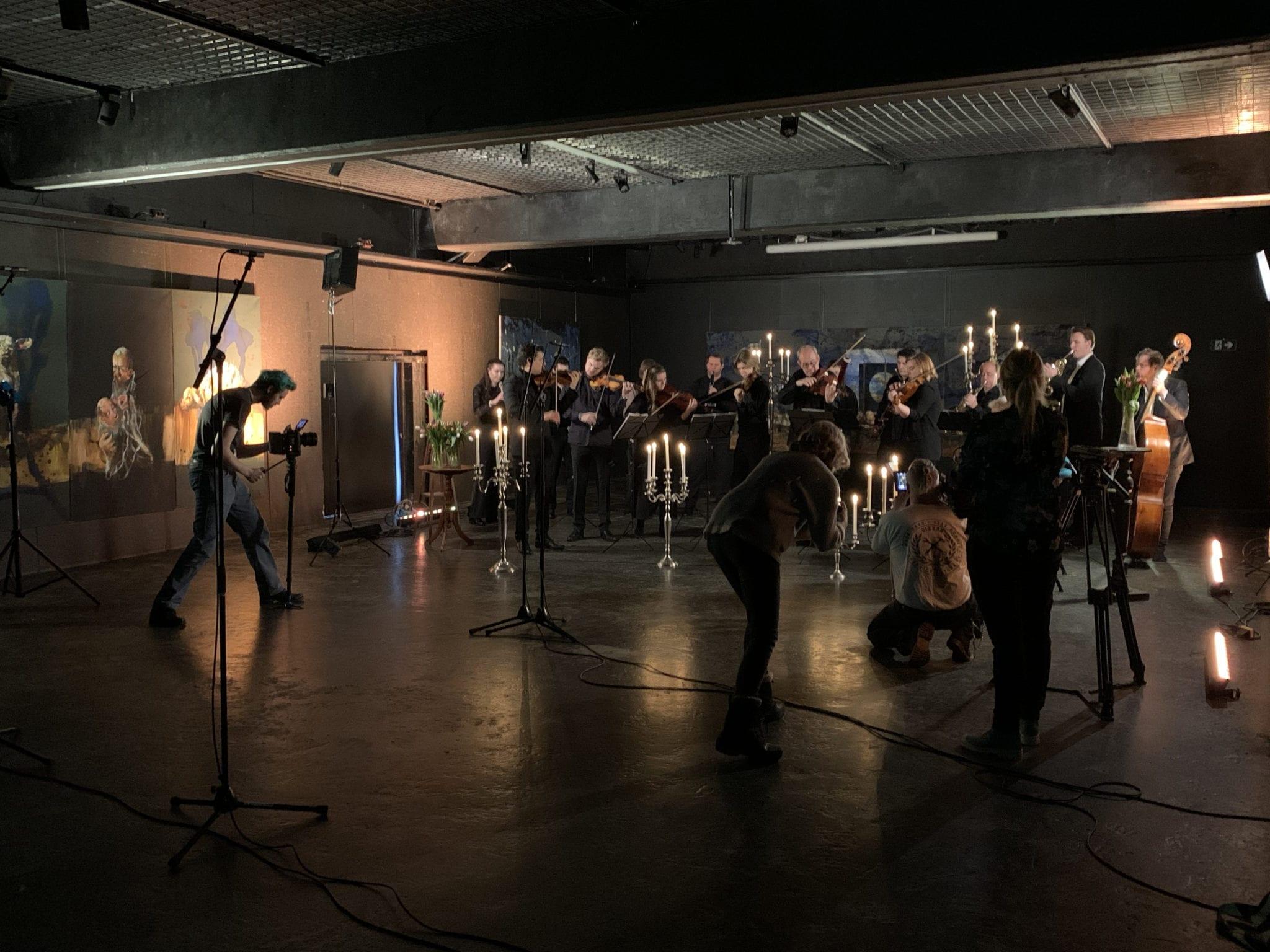 I tett samarbeid med Vinterfestspill har vi utviklet et kommunikasjonskonsept basert på alt det som skjer i møter mellom kammermusikk, lydhøre mennesker og Røros i en årstid ingen andre har. Foto: Ren Røros Frontal.