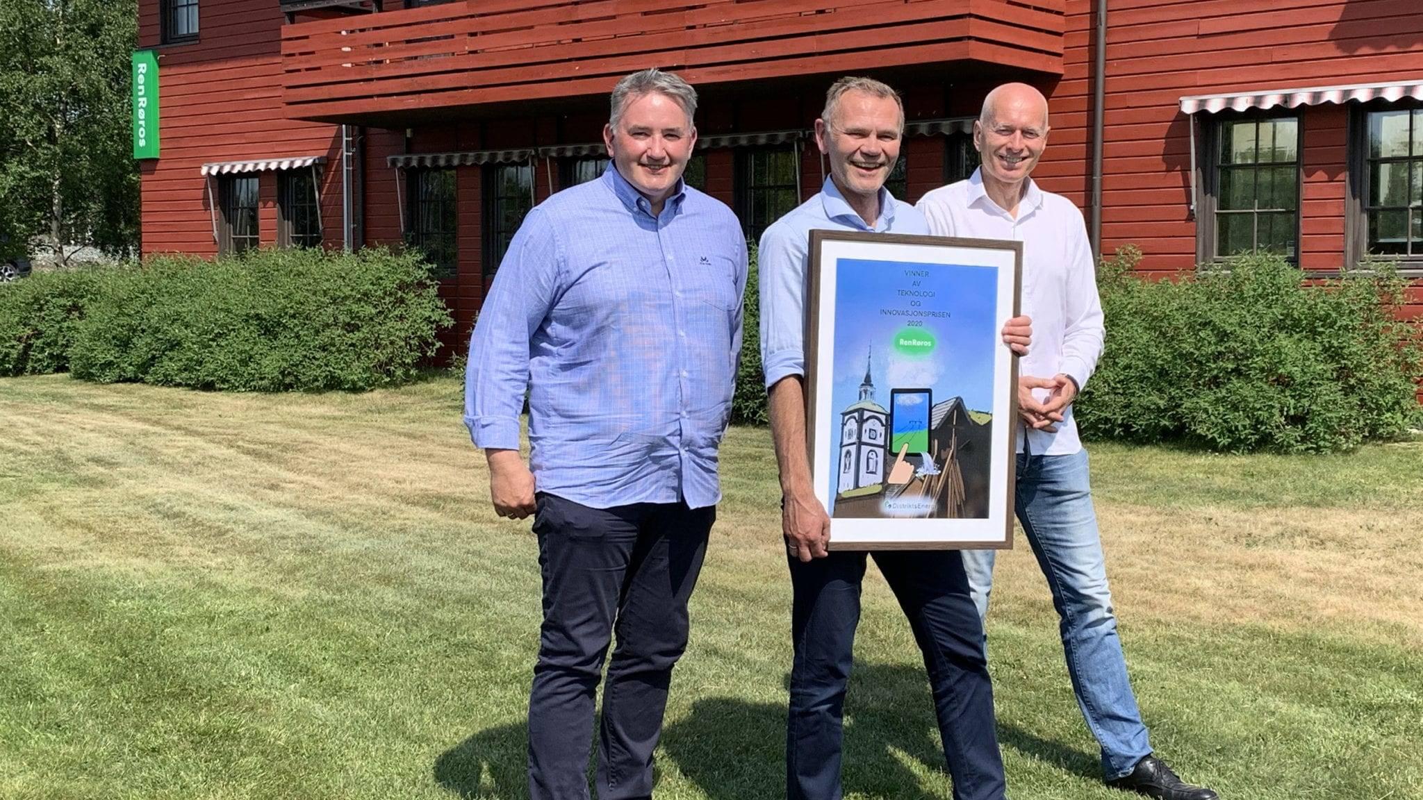 Administrerende direktør i Ren Røros as Arnt Sollie flankert av Tore O. Iversen, prosjektleder Green Flyway til venstre og Arvid Bekjorden, prisutdeler og rådgiver i DistriktsEnergi til høyre. Foto: Ren Røros Frontal.