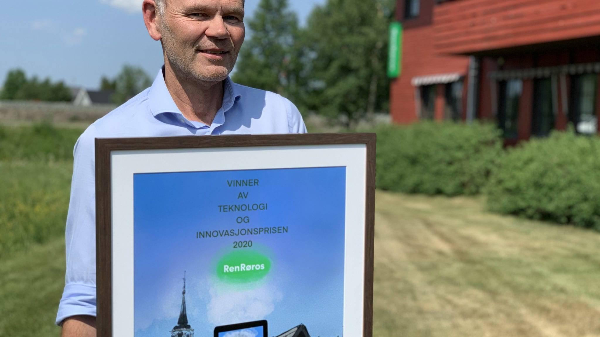 Administrerende direktør i Ren Røros as, Arnt Sollie med DistriksEnergis Teknologi – og Innovasjonspris for 2020. Foto: Ren Røros Frontal.