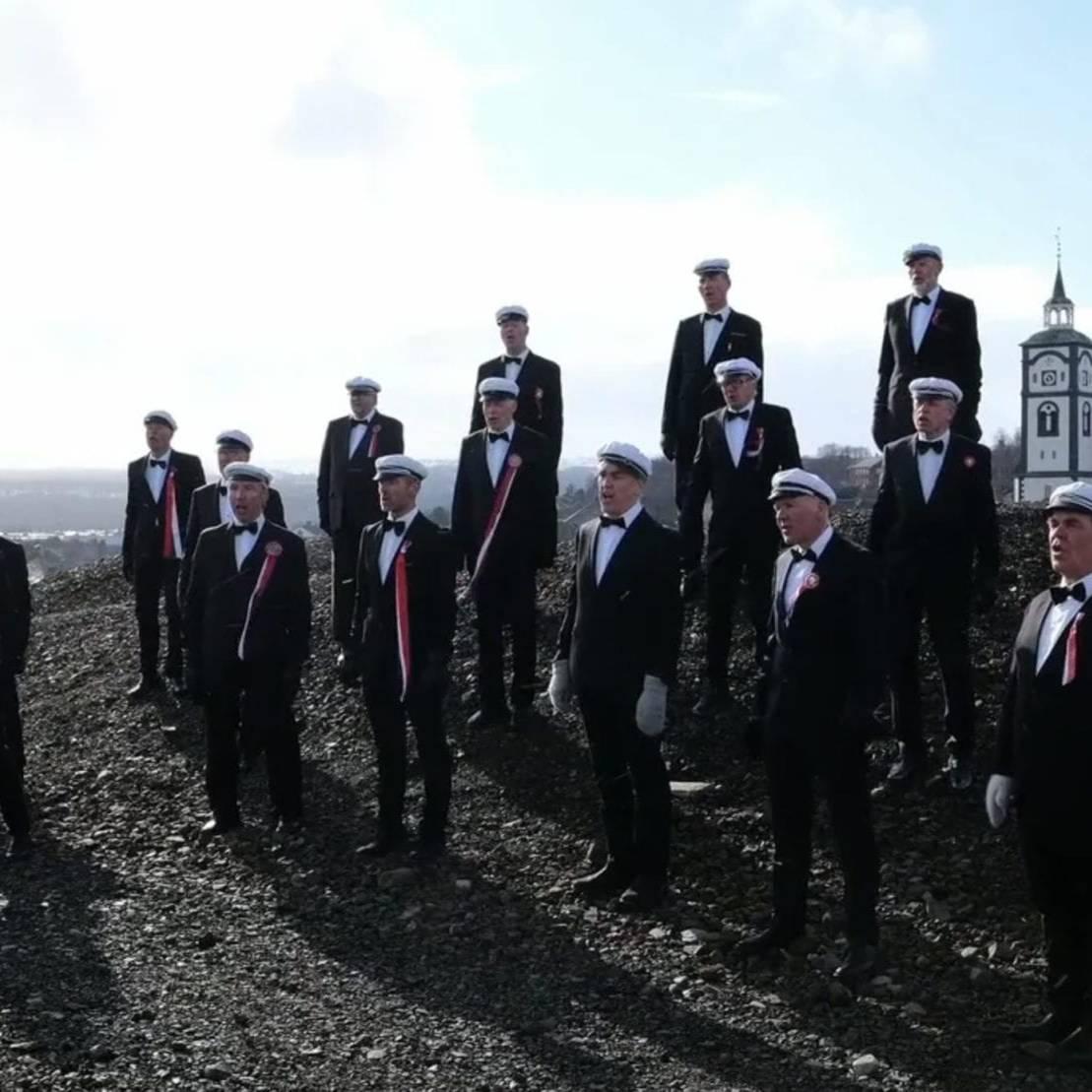 Røros, 17. mai 2020: Sammen hver for oss. Foto: Ren Røros Frontal
