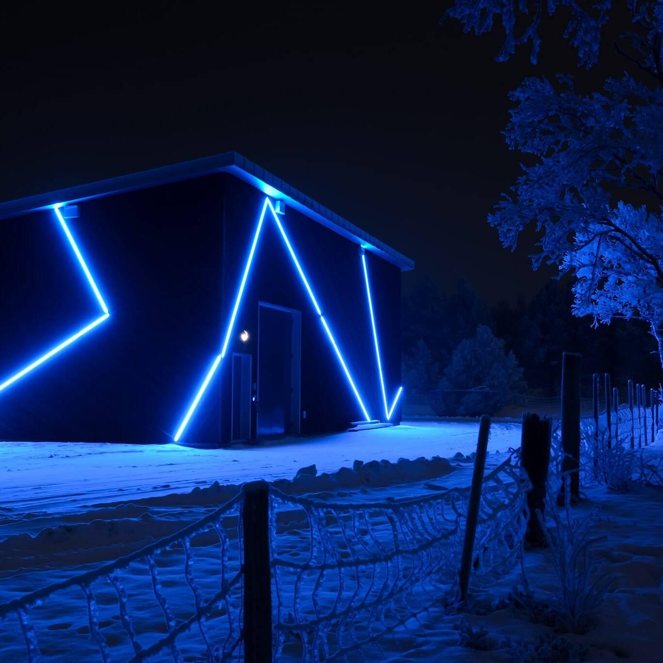 Den nye GIS-hallen lyser opp i vintermørket. Foto: Ren Røros Frontal / Kurt Näslund