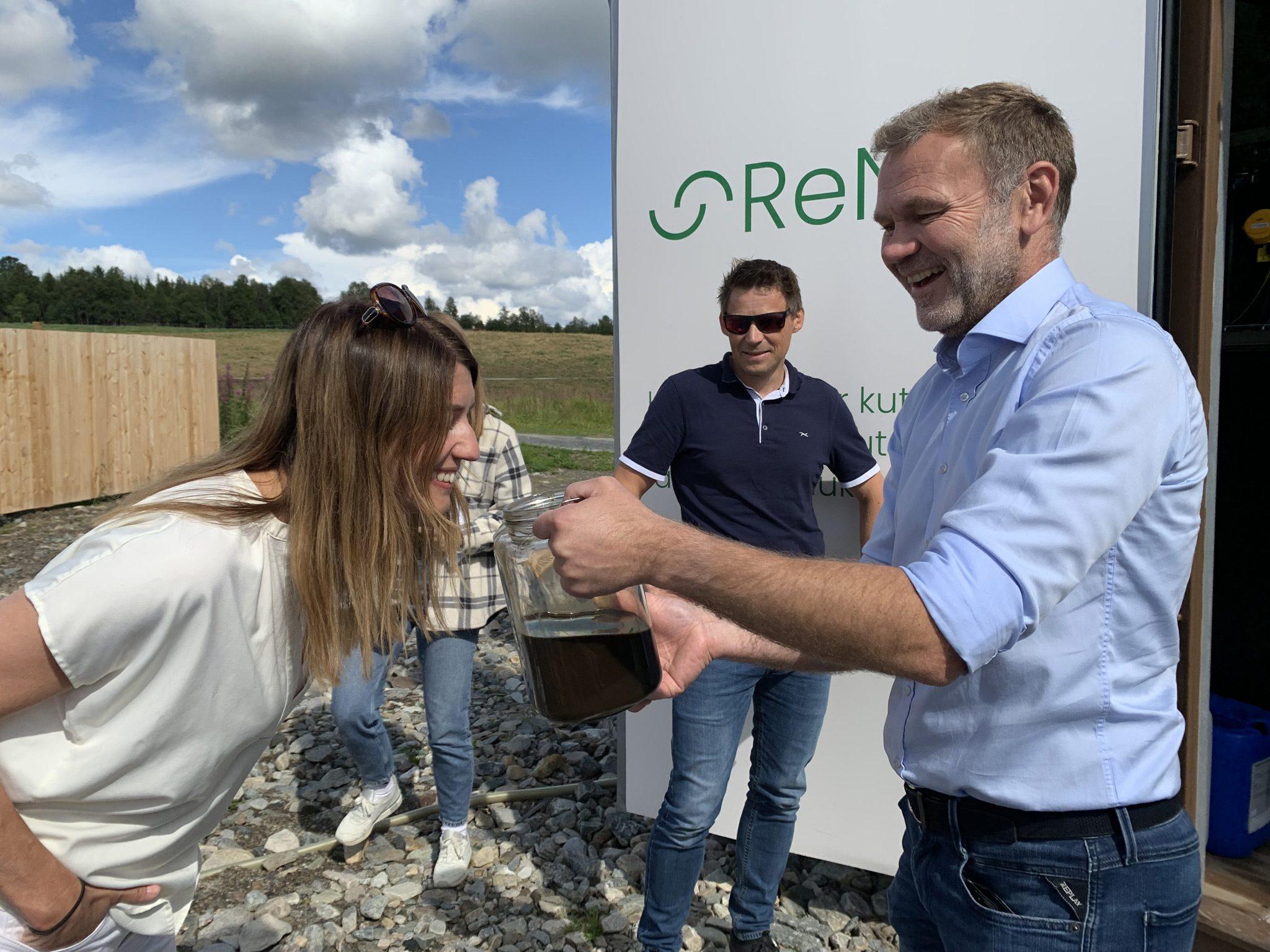 Ikke kjøttskam: Guro Angell Gimse, landbrukspolitisk talsperson i Høyre har stor tro på ReNeo kan bli et eksportprodukt. Arnt Sollie og Børge Stafne i Ren Røros konstaterer at hun er nysgjerrig. Foto: Ren Røros Frontal