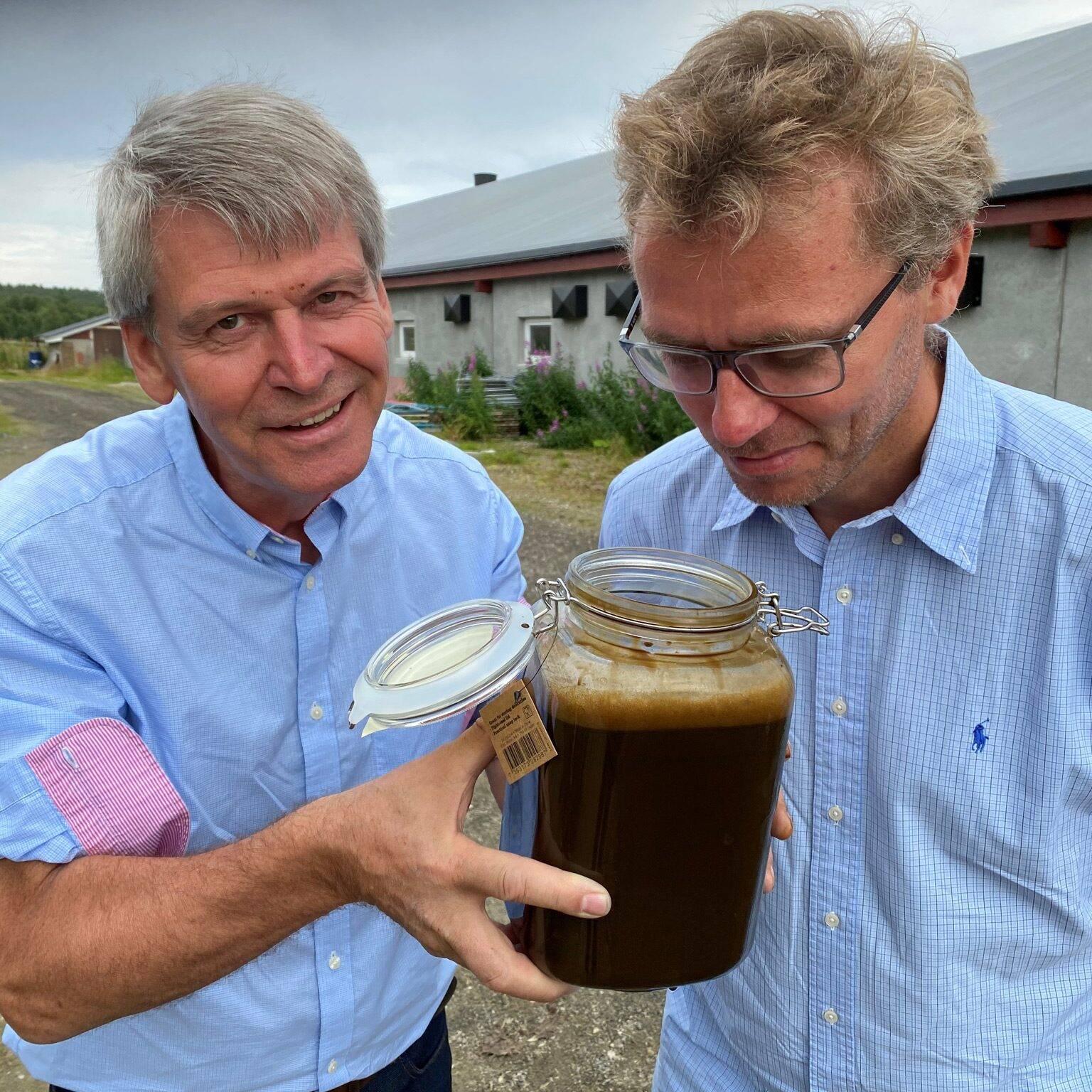 Det var også N2-gründer Rune Ingels og Senterpartiets Ola Borten Moe. De konstaterer at møkka er luktfri.