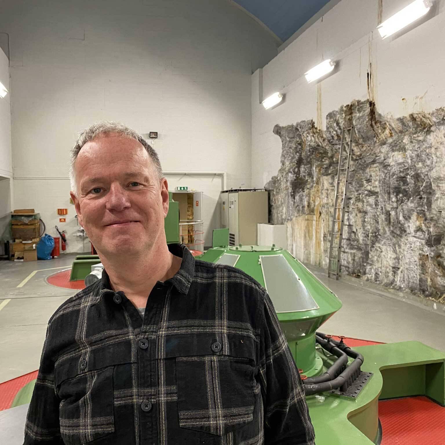 Kraftsenter: Olav Vehusheia kan smile over produksjonen fra Kuråsfossen. Vannstrømmen gjennom turbinene sørger for en årlig produksjon på mellom 60 og 70 GWh. Foto: Ren Røros