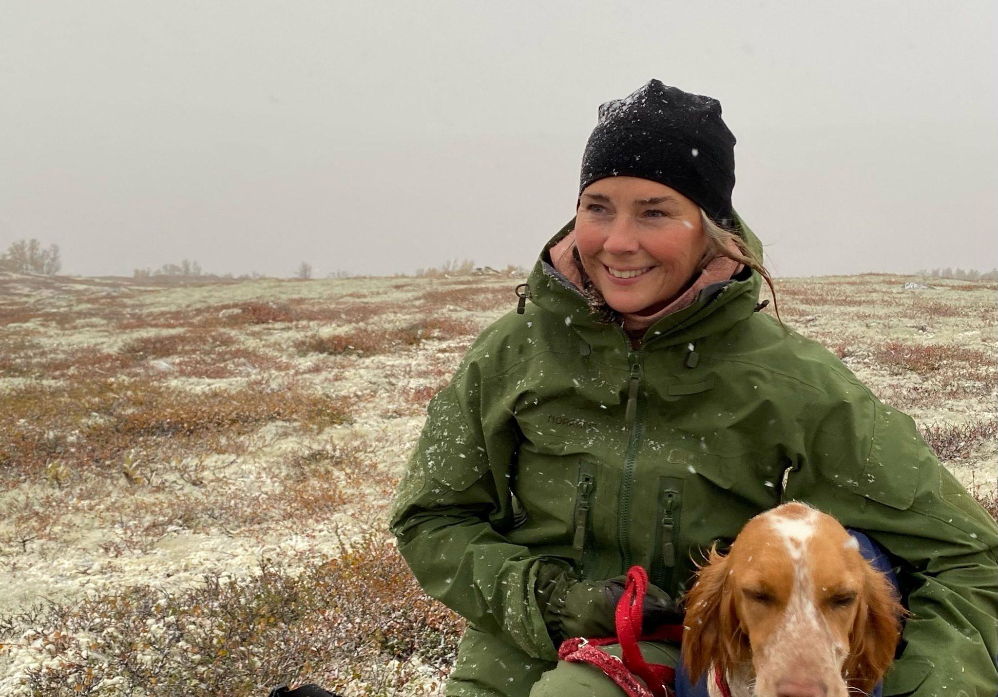 Linn Iren Humlekjær på fjellet med en av sine fire hunder. Foto: Privat.